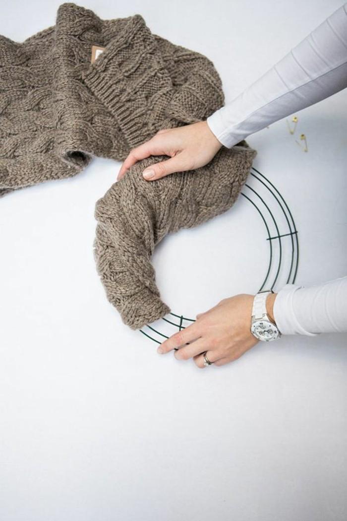 weihnachtskranz-selber-basteln-aus-einem-alten-pullover