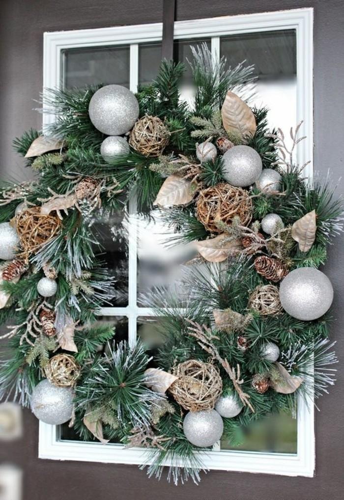 weihnachtskranz-selber-basteln-fenster-silberne-weihnachtskugeln-zapfen