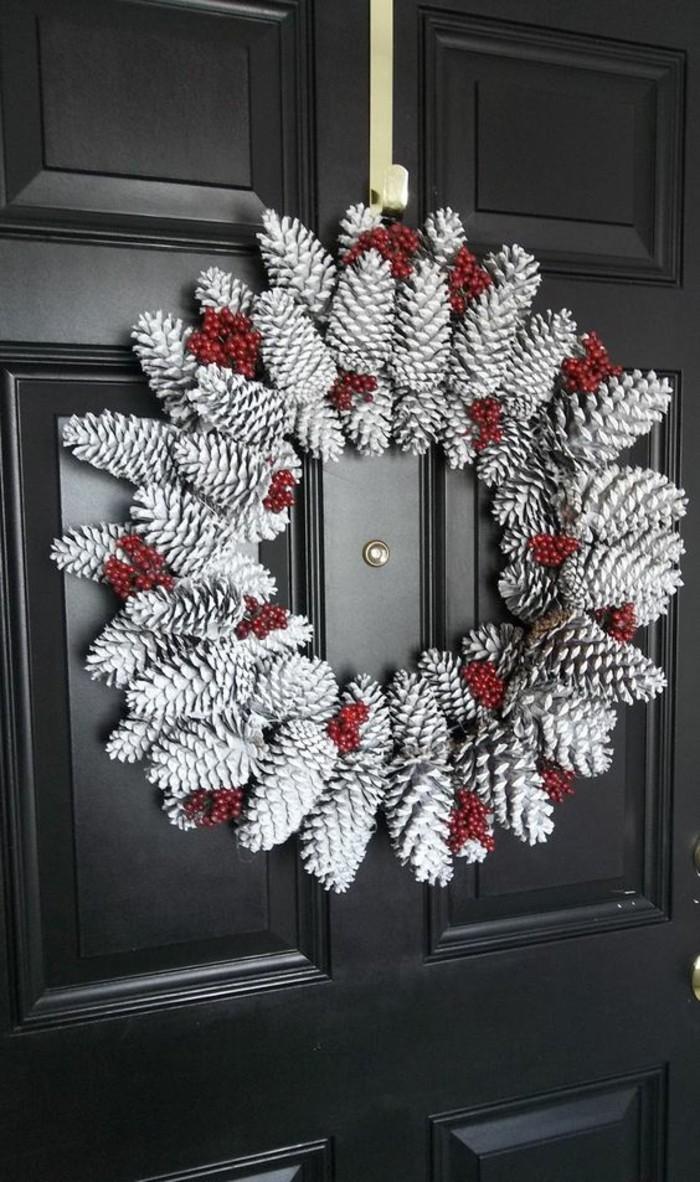 weihnachtskranz-selber-basteln-weisse-zapfen-schwarze-tuer