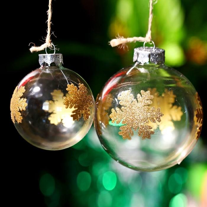 weihnachtskugeln-glas-weihnachtsbaum-dekorieren-goldmotive-schneeflocken-gruene-weihnachtslichter
