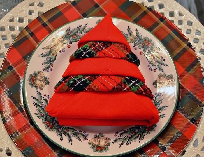 40 bildsch ne ideen wie sie servietten weihnachtlich falten. Black Bedroom Furniture Sets. Home Design Ideas
