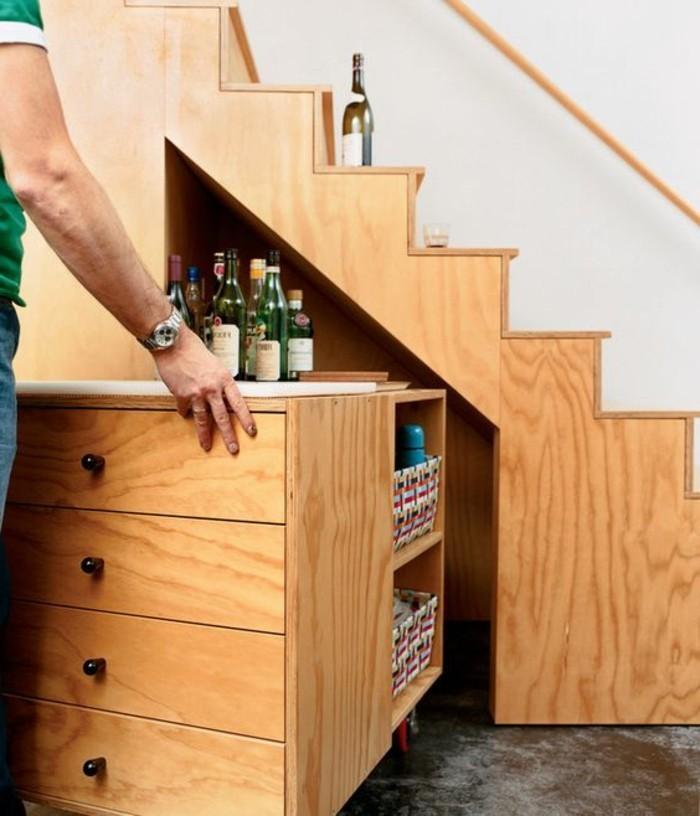 wohnung-einrichten-ideen-treppe-aus-holz-mit-einem-eingebauten-schrank