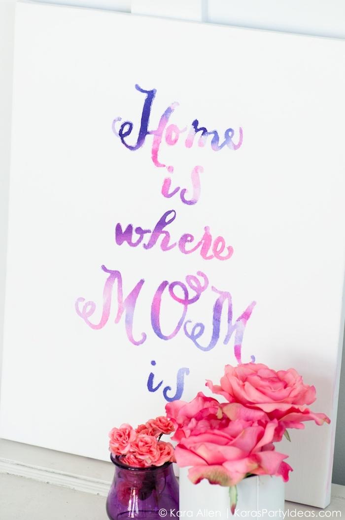 rosen in vasen, bild mit schriftzug in rosa und lila, wohnzimmer ideen wandgestaltung,