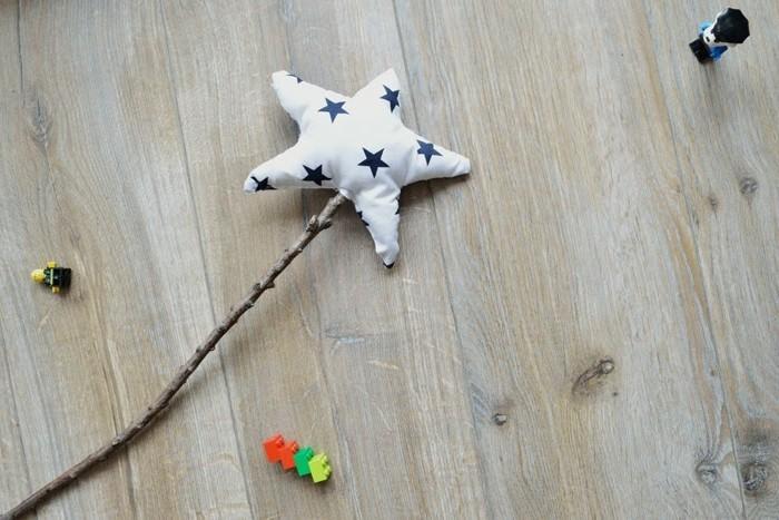 zauberstab-holz-mit-kleinem-kissen-als-stern