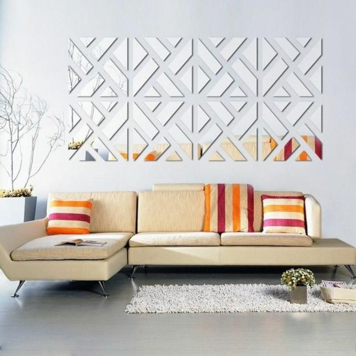 1-wand-deko-modern-hellbrauner-sofa-bunte-kissen-spigel-teppich