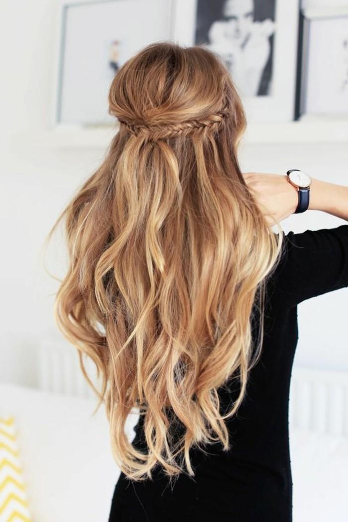 10-alltagsfrisuren-lange-blonde-haare-zopf-armbanduhr-schwarze-bluse