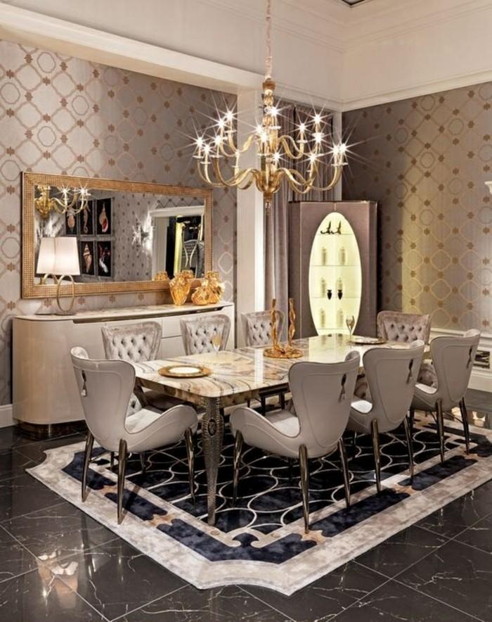 10-coole-muster-kronleuchter-spiegel-stuhle-tisch-fliesen-kuche-graue-tapeten-mit-goldenen-elementen