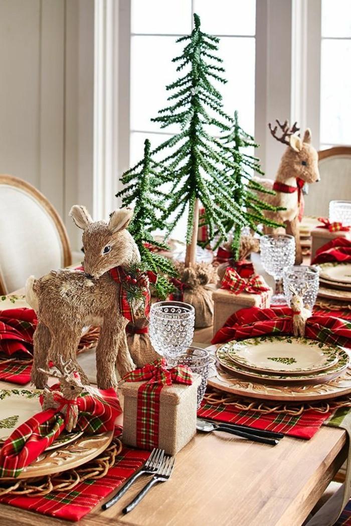 10-weihnachtsdeko-ideen-hirsche-rote-servietten-tannenbaume-holzerner-tisch