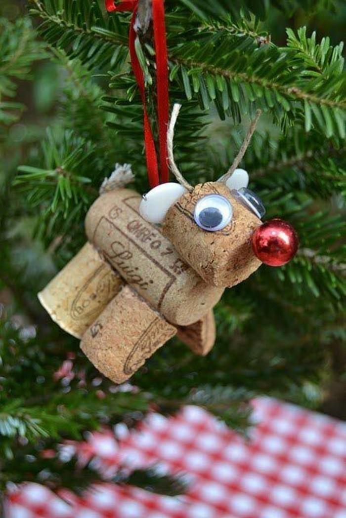 111-weihnachtsschmuck-basteln-kleiner-hirsch-aus-korken-und-rote-schleife