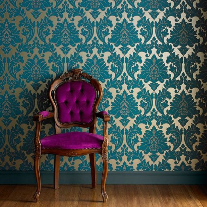 12-schone-tapeten-in-gold-und-blau-rosa-vintage-stuhl-boden-aus-holz