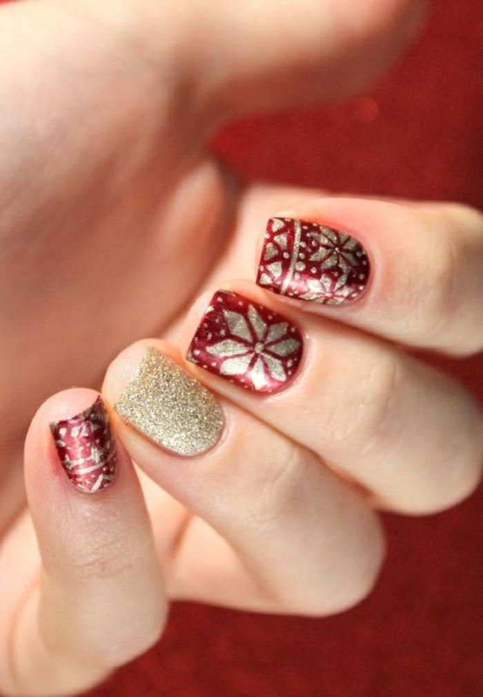 13-nageldesign-winter-roter-nagellack-goldene-schneeflocken-weihnachten