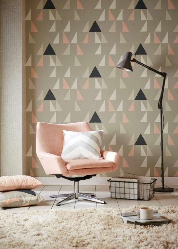 14-schone-tapeten-in-beige-mit-geometrischen-formen-rosa-sessel-kissen-teppich-lampe