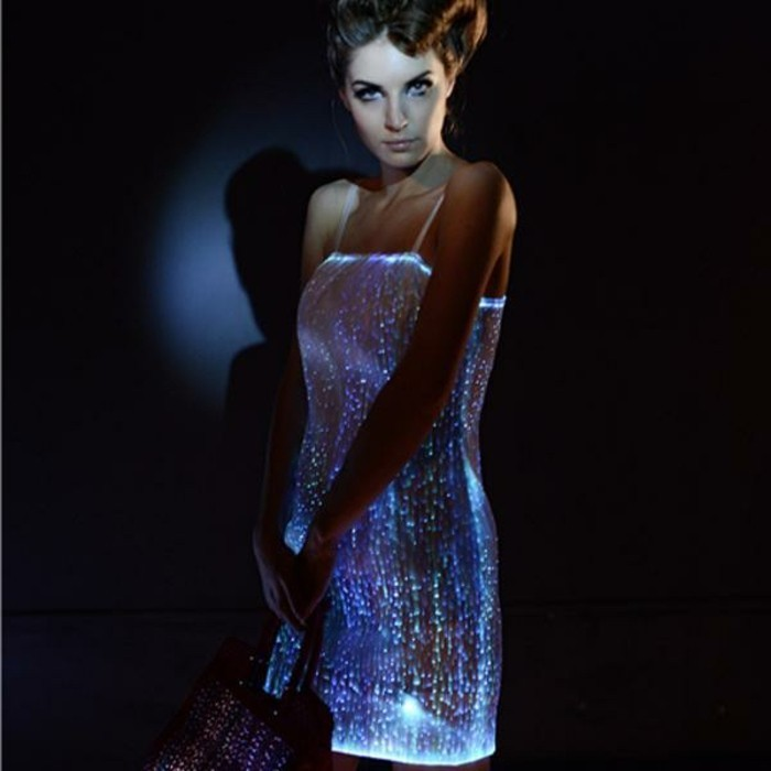 1silvester-outfit-frauen-kleines-weisses-kleid-mini-led-lampen-schulterfrei-elegant
