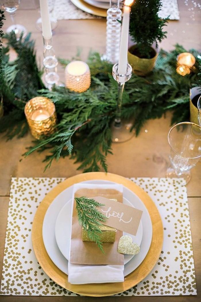 2-weihnachtliche-tischdeko-goldene-kerzenhalter-weise-kerzen-immergrune-zweigen
