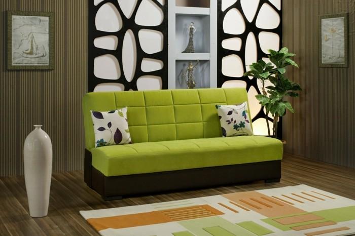 2farbgestaltung-wohnzimmer-gruene-couch-bunter-teppich-holzboden-dekorative-vase-dekorative-wandnischen-pflanze-kissen-mit-musterbezug