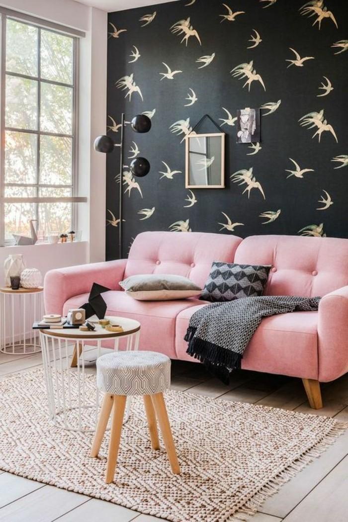 3-kreative-wandgestaltung-schwarze-wand-mit-vogeln-hocker-rosa-sofa-retro-teppich