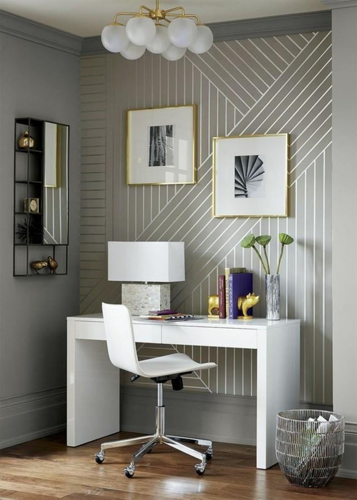 3-wandgestaltung-ideen-graue-tapete-mit-silbernen-linien-stehlampe-arbeitszimmer-weiser-schreibtisch-stuhl