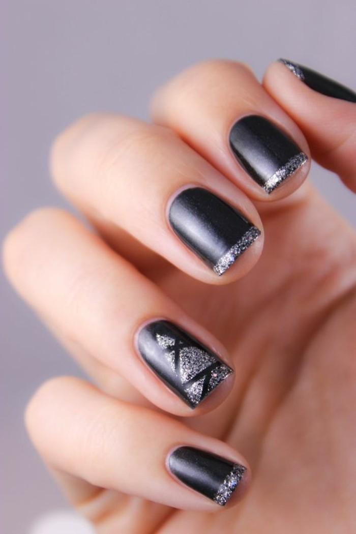 4-nageldesign-winter-weihnachtsbaum-schwarzer-nagellack-silber-french-nagel
