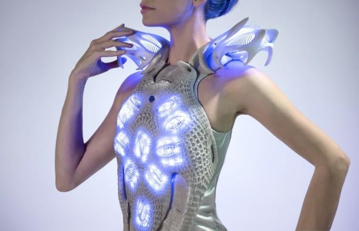 4silvester-outfit-fuer-frauen-kleid-schulterfrei-abstraktes-design-lichteffekt-silberner-stoff