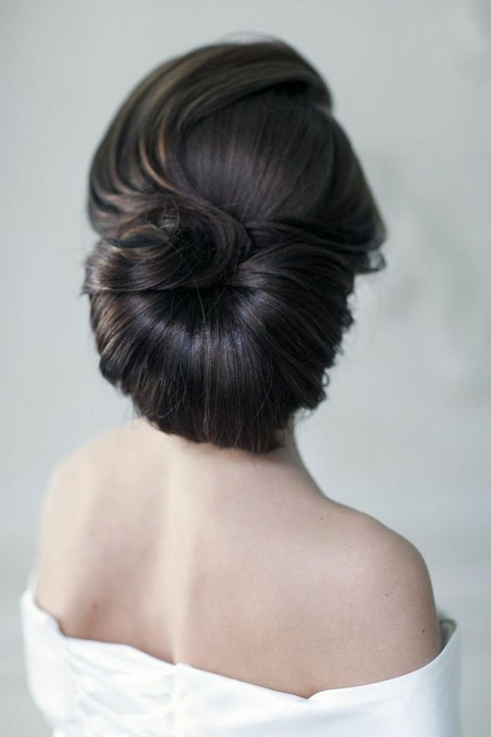 5-frisuren-damen-schwarze-glatte-haare-hochsteckfrisur-weiser-kleid-hochzeitsfrisur