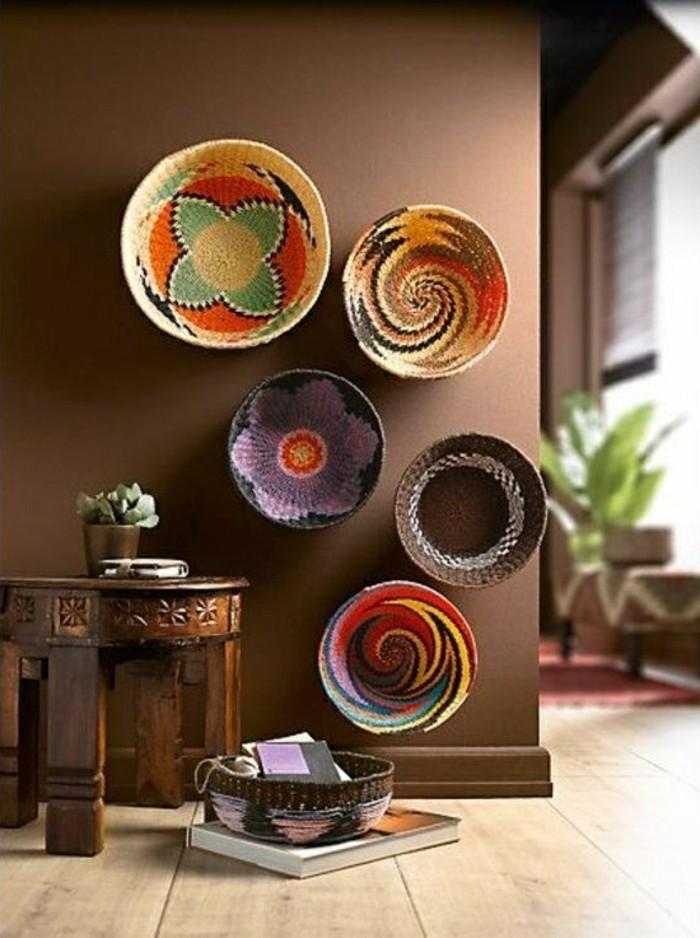 6-kreative-wandgestaltung-braune-wande-holzerner-tisch-marokanische-korbe