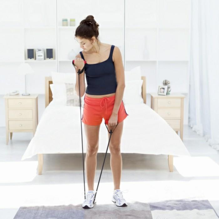 workout-für-zuhause-armübungen-gummiband-musterteppich-doppelbett