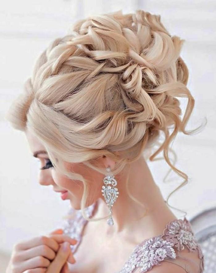 7-frisuren-frauen-hochsteckfrisur-blonde-haare-ohrringe-make-up-dame