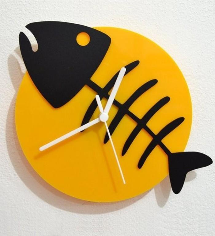 8wanduhr-design-schwarzer-fisch-graeten-fish-bone-weisse-zeiger-gelbes-zifferblatt
