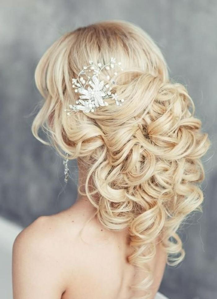 9-damenfrisuren-blonde-lange-lockige-haare-hochzeitsfrisur-frau-braut-accessoires