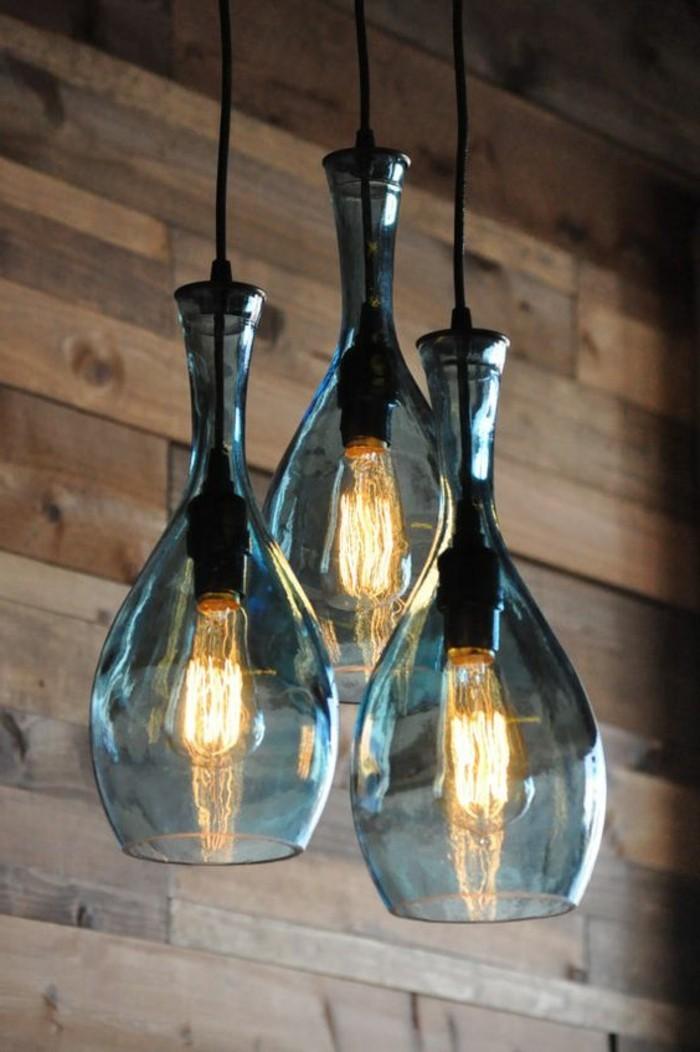 9-lampe-basteln-aus-blaue-flaschen-gluhbirnen-holzerne-wand