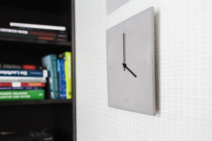 c-clock-no-1-graue-wanduhr-aus-beton-an-einer-weisen-wand
