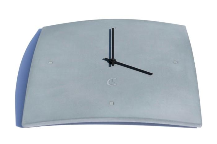 c-clock-pastellblaue-wanduhr-auf-einem-weisen-hintergrund