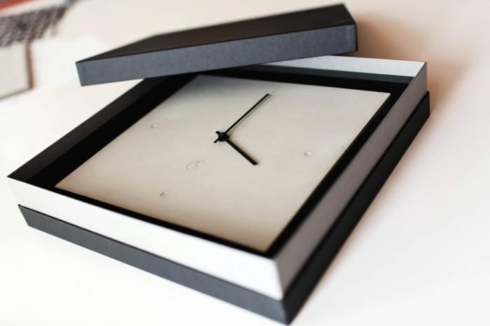 c-clock-weise-eckige-wanduhr-mit-verpackung-in-schwarz-und-weis