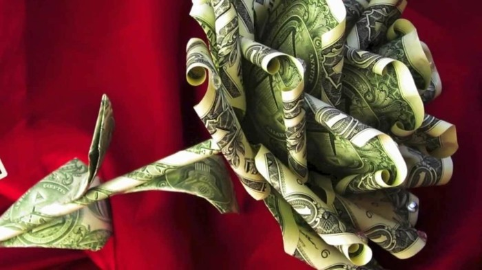 geld-originell-verschenken-eine-bluehende-rose-aus-noten-gebaltet