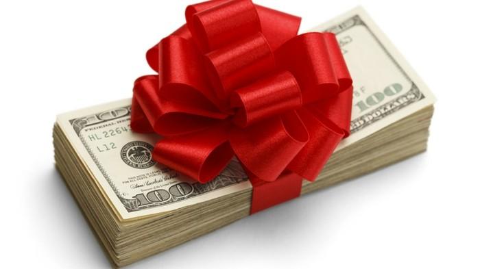 geldgeschenke-weihnachten-ein-buendel-banknoten-mit-rotem-band