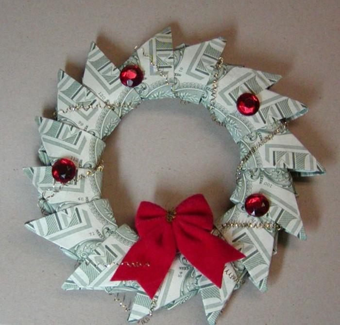 geldgeschenke-weihnachten-einen-tuerkrank-mit-roter-dekoration