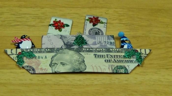 geldgeschenke-weihnachtlich-verpacken-ein-boot-aus-geld-gefaltet-mit-weihnachtlicher-dekorationen