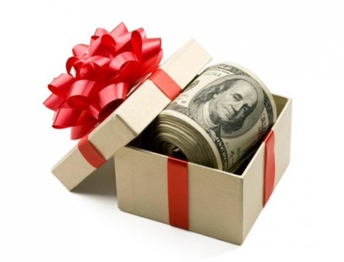 geldgeschenke-weihnachtlich-verpacken-wie-eine-verpackung-mit-rotem-band-noten-auf-rollen