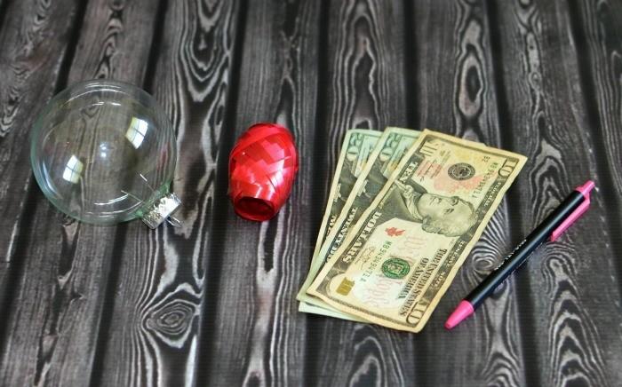 geldgeschenke-weihnachtlich-verpacken-wie-einen-weihnachtskugel-mit-geld-zu-fuellen
