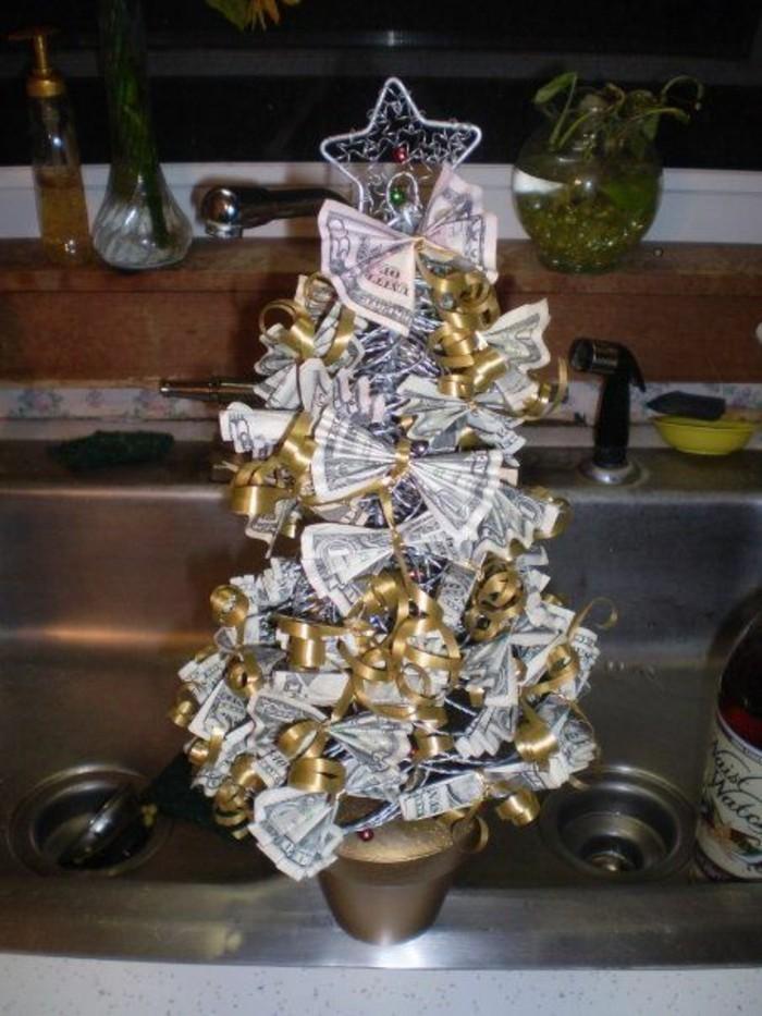geldgeschenke-zu-weihnachten-christbaum-mit-goldenen-baenden-und-gefalteten-noten