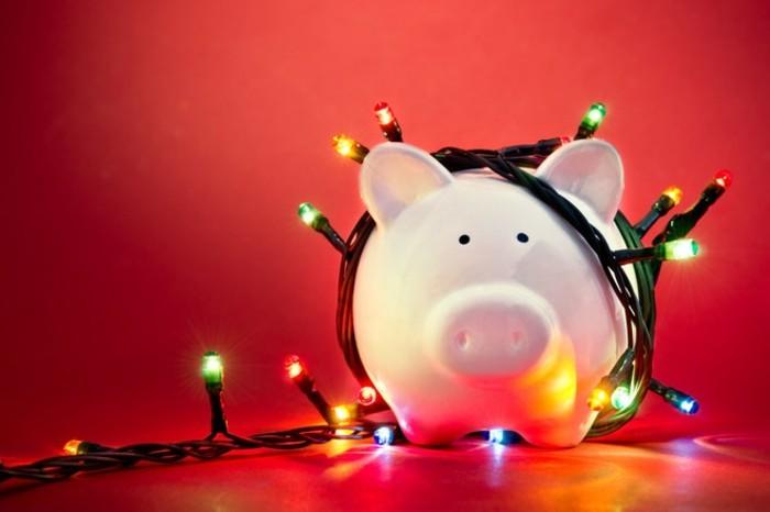 geldgeschenke-zu-weihnachten-ein-sparschwein-mit-lichterkette-umgehuellt