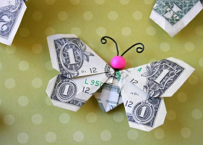 geldgeschenke-zu-weihnachten-einen-schmetterling-mit-rosa-kopf-aus-geld-gefaltet