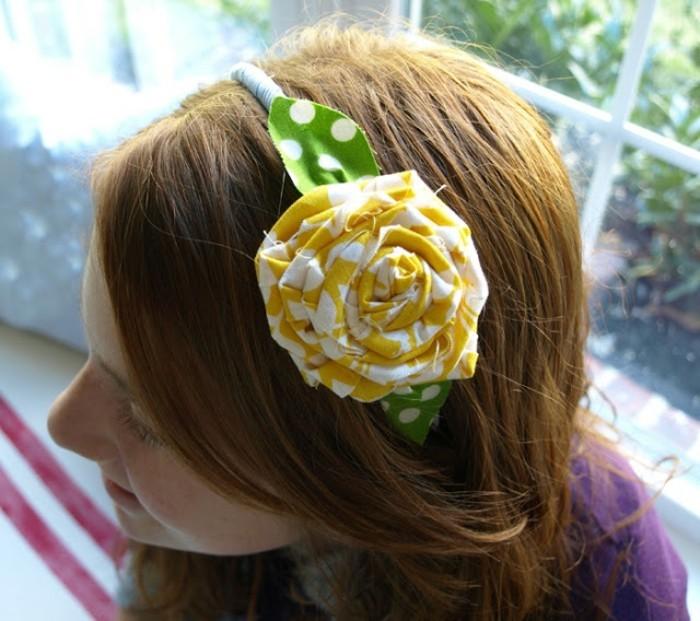 haarbaender-selber-machen-gelbe-rose-mit-gruenen-blaettern-auf-punkten