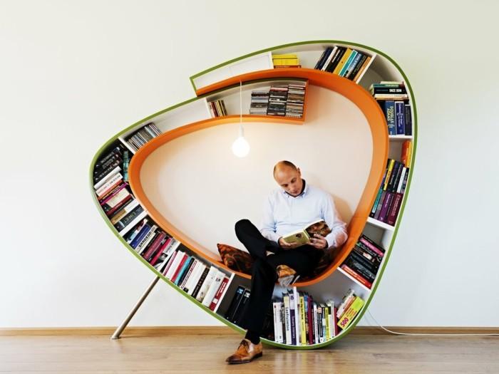 kreative-buecherregale-wie-einen-sitzbank-ein-lesender-mensch