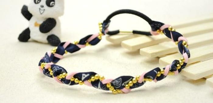 stirnband-selber-machen-mit-goldene-perlen-denim-stoff-und-panda-spielzeug