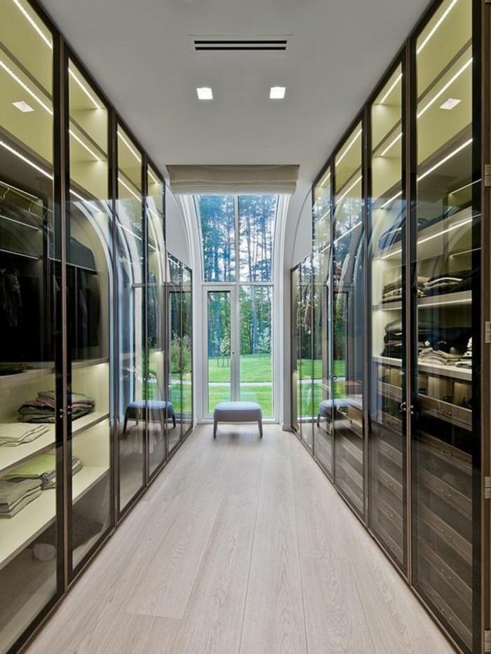 ankleidezimmer-glasschrank-vitrine-natuerliches-licht-braun