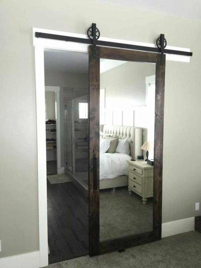 ankleidezimmer-mit-tuer-spiegel-schlafzimmer