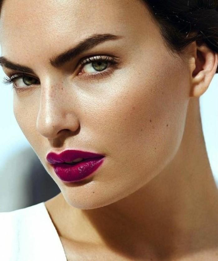augen-make-up-model-mit-grunen-augen-lila-lippenstift