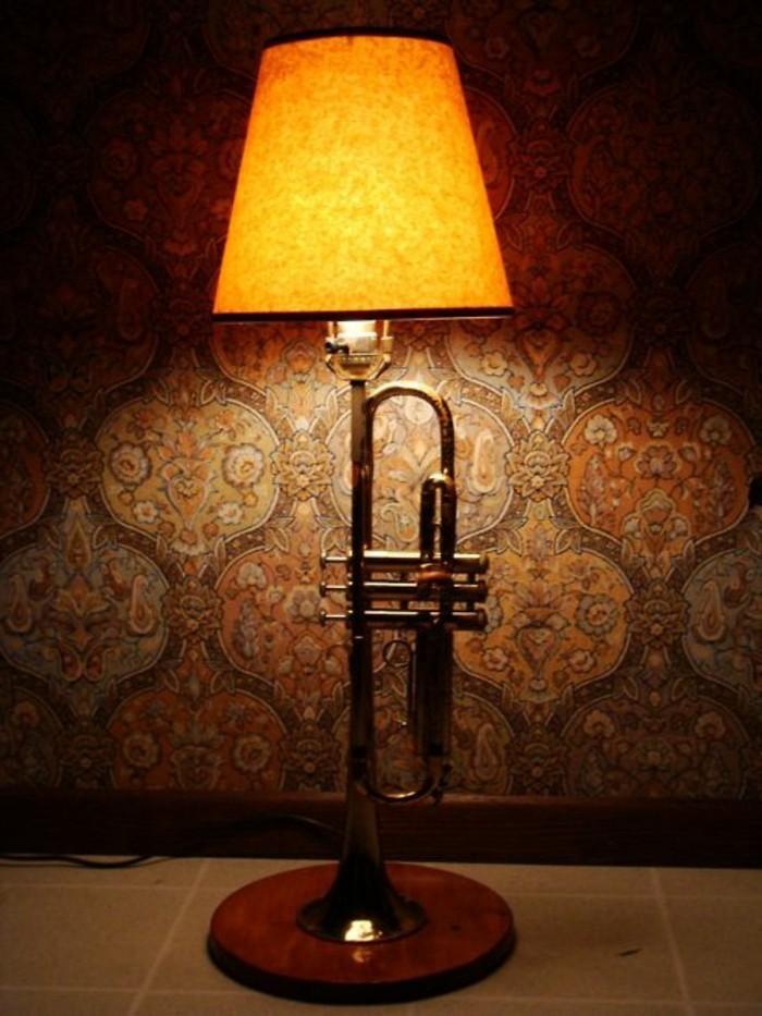 ausgefallene-lampen-atehlampe-aus-trompete-flesen-tapeten