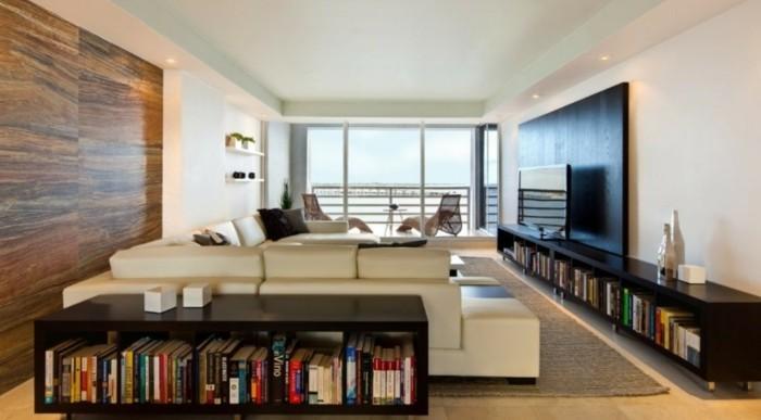 buecherregal-wohnzimmer-schwarze-niedrige-regale-weisses-sofa-grosses-fenster